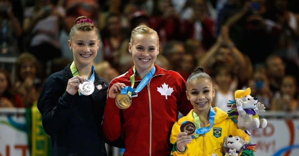 Flavia exibe a medalha ao lado da Ellie Black, do Canadá, e Madison Desch, dos Estados Unidos