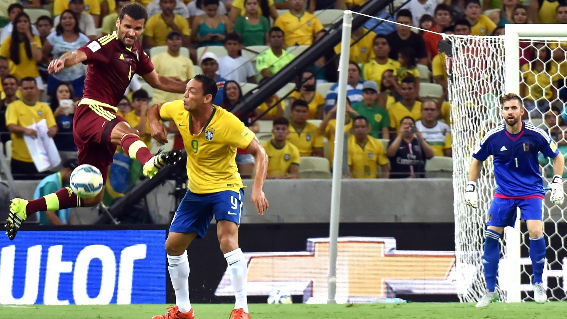 Titular contra a Venezuela, Ricardo Oliveira disputa bola no jogo do Brasil pelas Eliminatórias