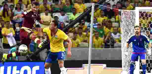 Titular contra a Venezuela, Ricardo Oliveira disputa bola no jogo do Brasil pelas Eliminatórias - AFP PHOTO / NELSON ALMEIDA - AFP PHOTO / NELSON ALMEIDA