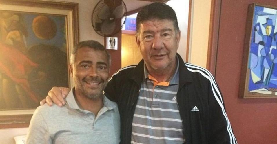 Romário posa ao lado de Joel Santana, após reunião sobre filiação do treinador ao PSB