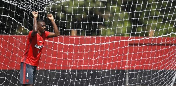 Juan descansa durante treinamento do Flamengo no Ninho do Urubu. Titular absoluto?