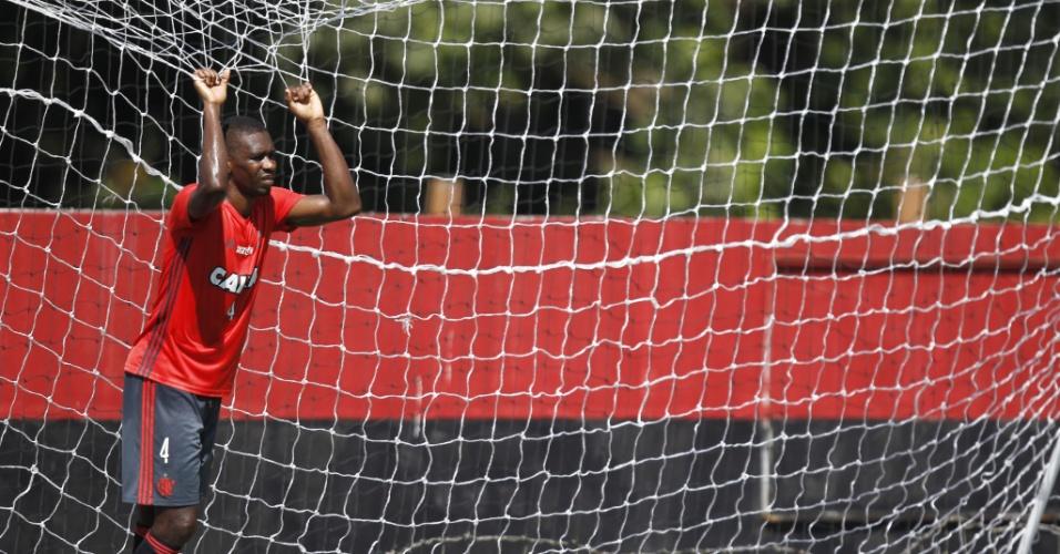 O zagueiro Juan descansa durante treinamento do Flamengo no Ninho do Urubu