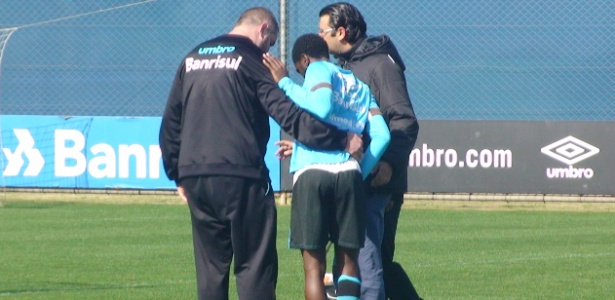 Meia-atacante Negueba deixa treinamento do Grêmio auxiliado por médicos