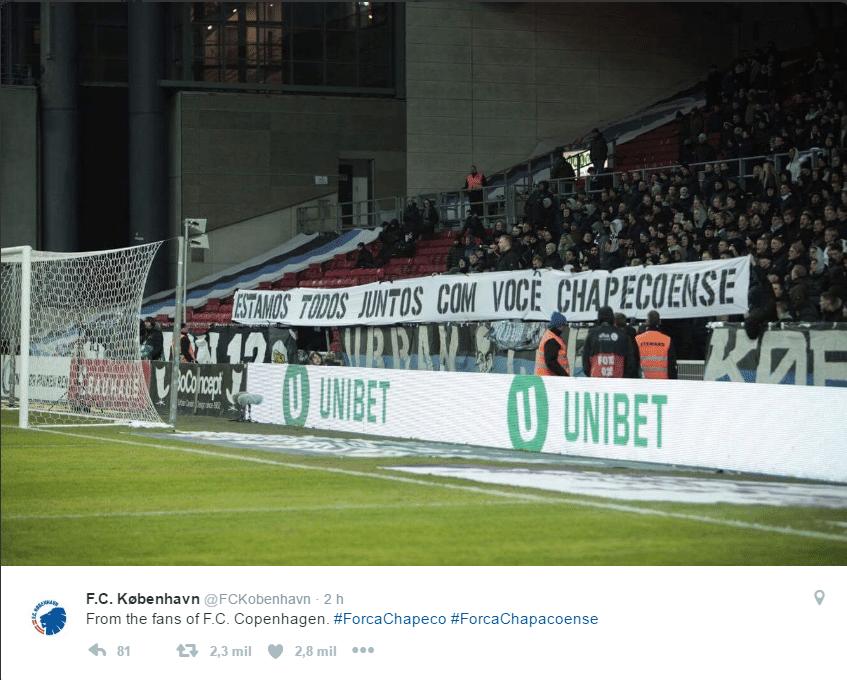 Torcedores do F.C. Copenhagen, da Dinamarca, levaram faixa em homenagem à Chapecoense