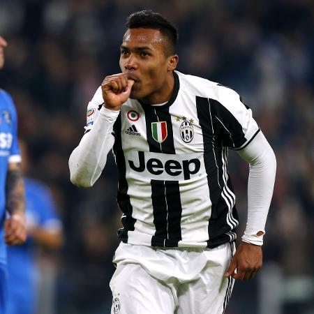 Alex Sandro marcou um belo gol na vitória da Juventus sobre o Empoli na Itália - AFP PHOTO / Marco BERTORELLO