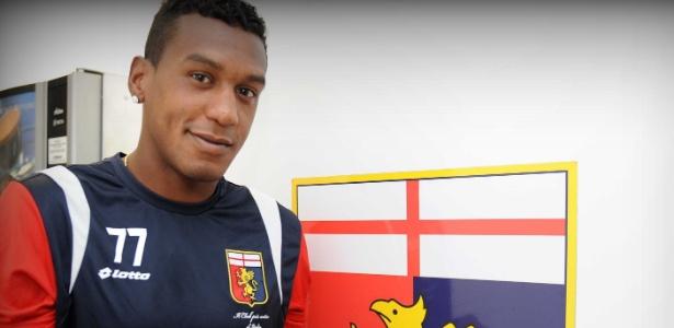 Edenílson posa em frente ao escudo do Genoa, mas foi liberado para o Inter