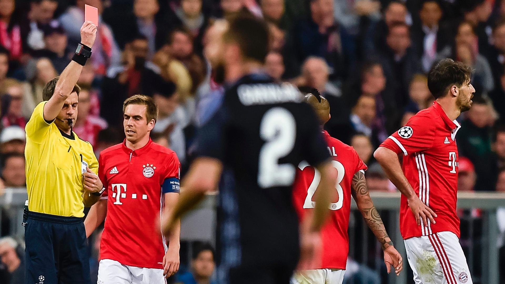 Javi Martinez (à direita) é expulso durante a partida entre Bayern de Munique e Real Madrid