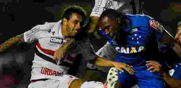 Wellington Nem em disputa de bola no jogo contra o Cruzeiro - Adriano Vizoni/Folhapress