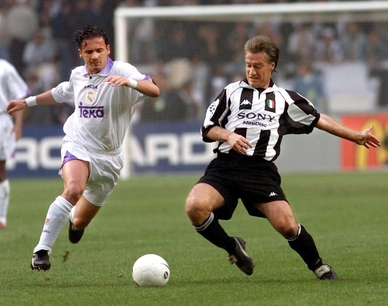 Predrag Mijatovic (esquerda) disputa lance com Didier Deschamps na final de 1998 entre Real Madrid e Juventus