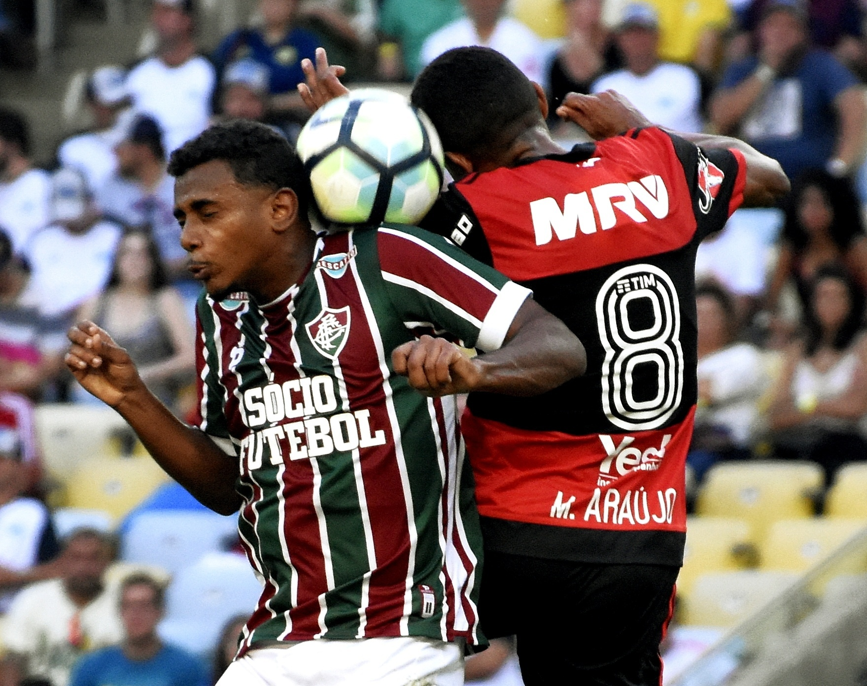 Wendel e Márcio Araújo disputam bola no jogo Fluminense x Flamengo pelo Campeonato Brasileiro 2017