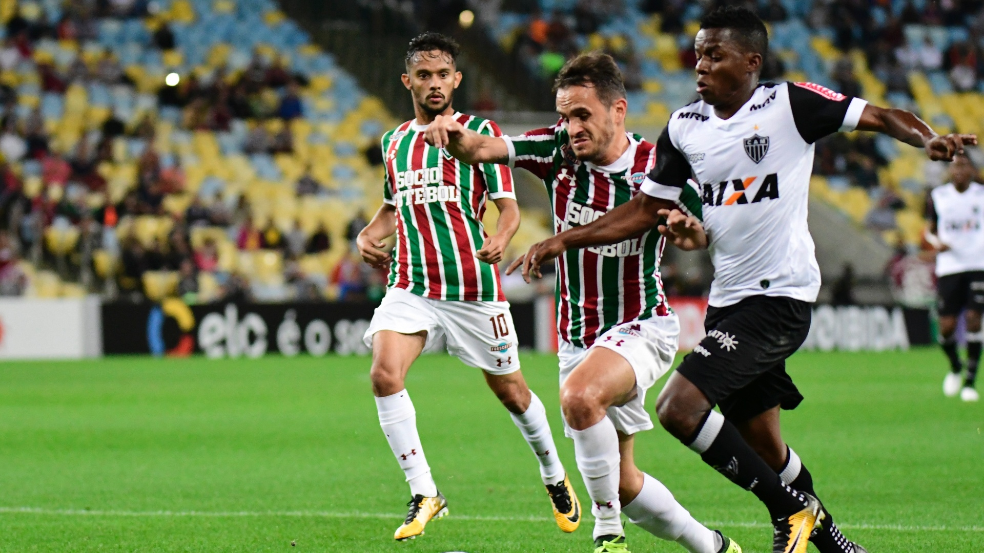 Lucas do Fluminense disputa lance com Cazares do Atletico-MG pelo Campeonato Brasileiro