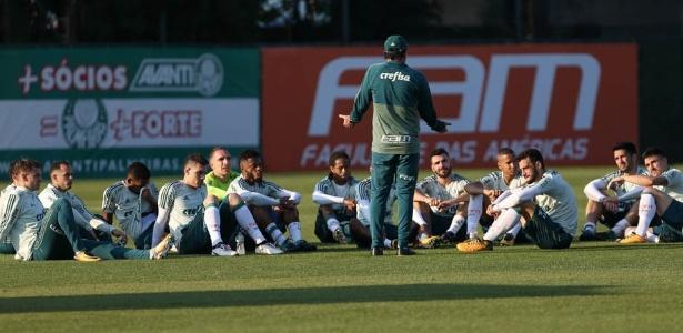 Cuca conversa com elenco do Palmeiras durante treino