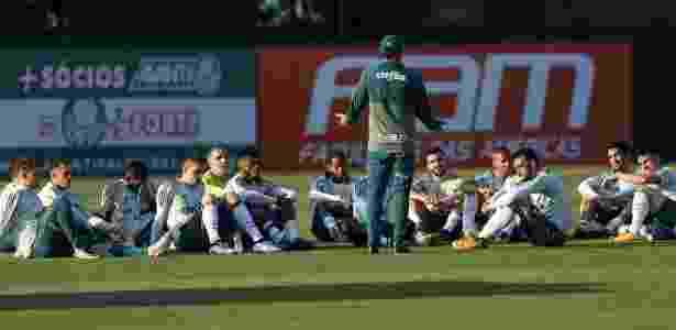 Cuca conversa com o elenco durante treinamento do Palmeiras, na Academia de Futebol - Agência Palmeiras