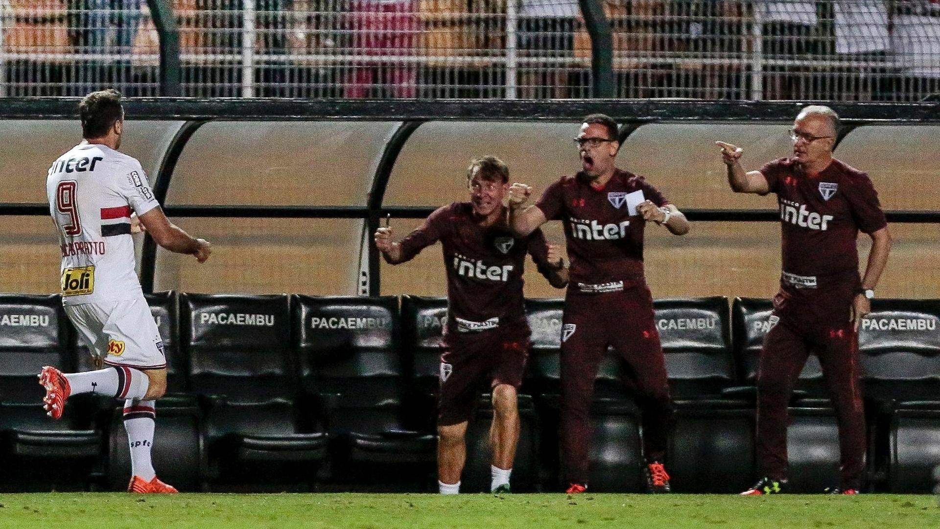 Lucas Pratto corre para comemorar gol do São Paulo com o técnico Dorival Júnior