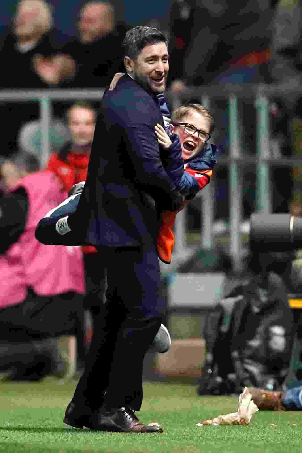 Lee Johnson abraça gandula durante Bristol City x Manchester United - David Klein/Reuters