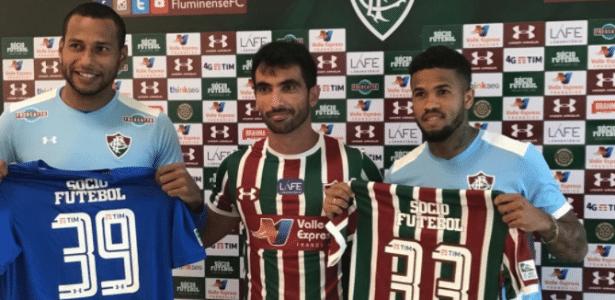 Apresentados, Rodolfo (esquerda) e Léo (direita) posam com camisa do Fluminense
