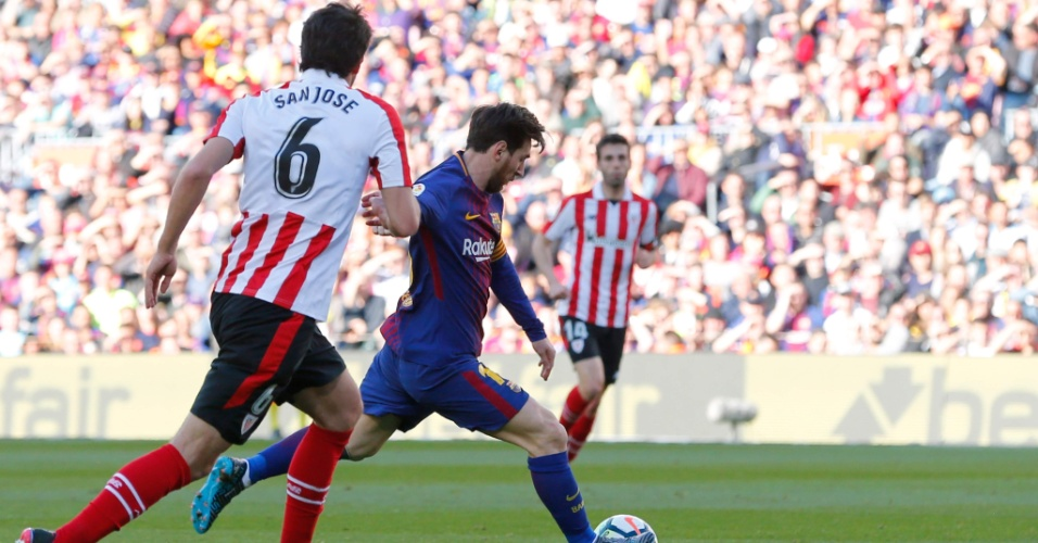 Messi chuta para marcar o segundo gol do Barcelona contra o Athletic