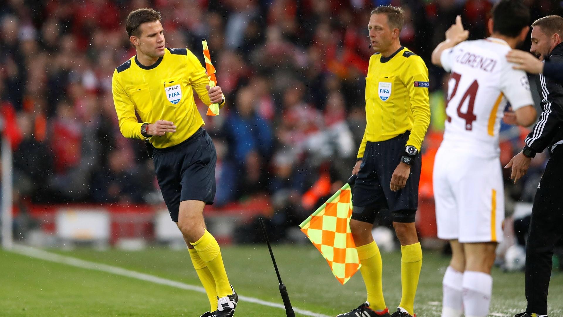 Bandeirinha quebrada durante a partida entre Liverpool e Roma