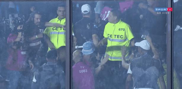 """Segundo Gepe, """"Cartolouco"""" teve colete furtado por torcida do Racing em São Januário - reprodução/SporTV"""