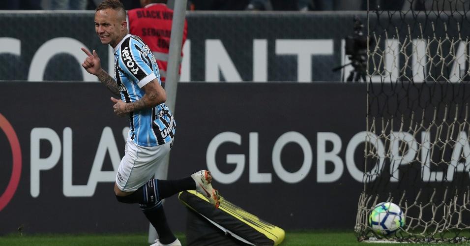O atacante Everton comemora gol do Grêmio diante do Corinthians
