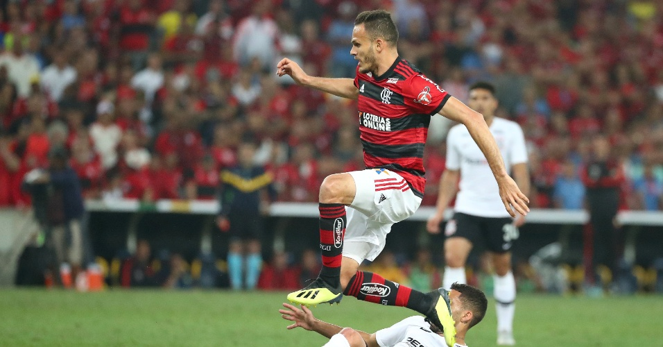 Renê, do Flamengo, disputa bola com Gabriel, do Corinthians