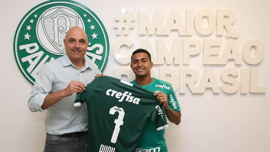 Dudu posa com o presidente do Palmeiras, Maurício Galiotte, após renovar até 2023 - Cesar Greco/Ag. Palmeiras/Divulgação