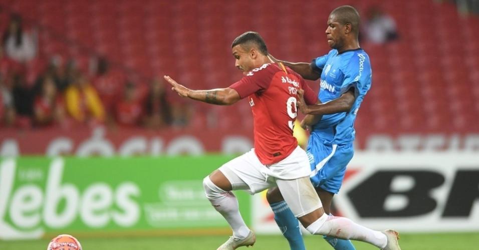Jogadores de Internacional e Novo Hamburgo disputam a bola
