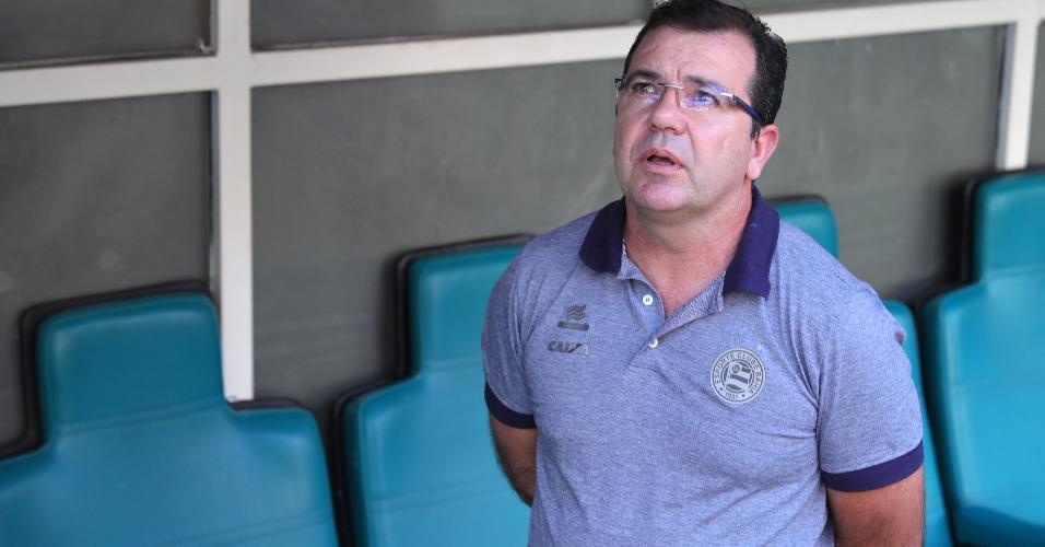 Técnico Enderson Moreira durante hino nacional antes de jogo do Bahia