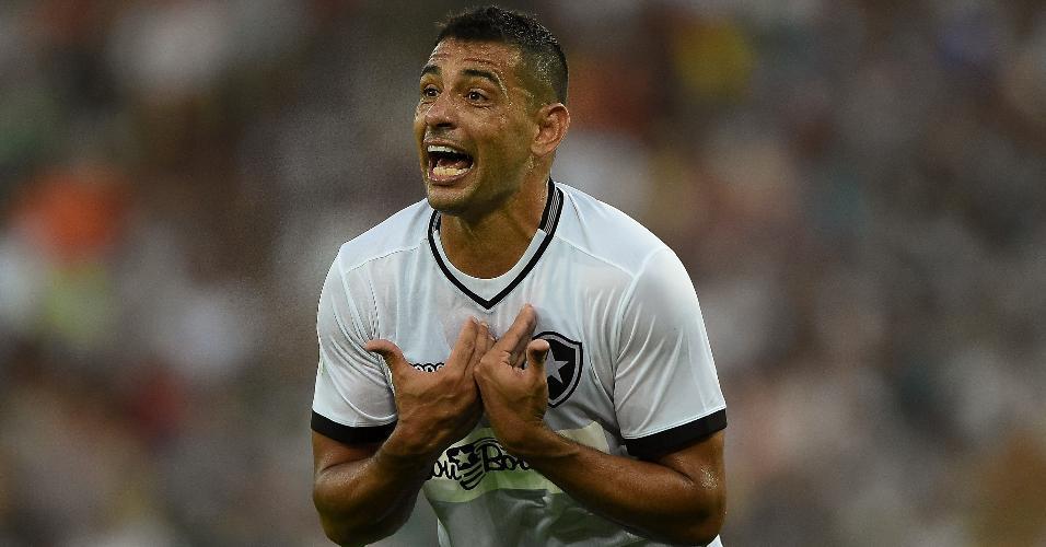 Diego Souza gesticula durante jogo entre Fluminense e Botafogo