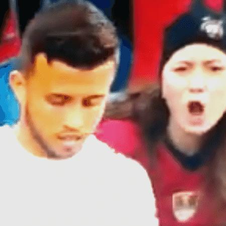 Torcedora do Athletico Paranaense flagrada em suposto momento de ofensa racista - Reprodução