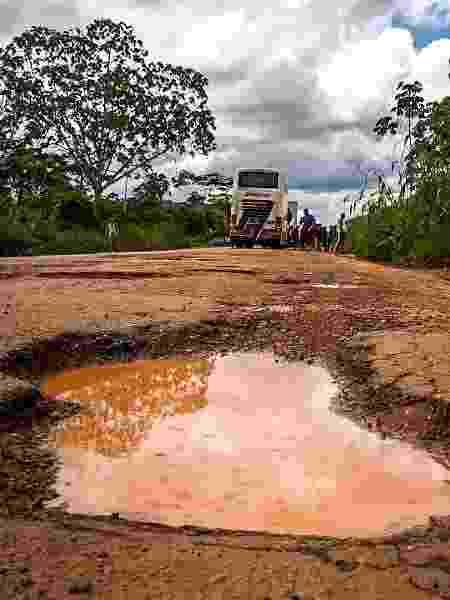 Buraco em estrada de Rondônia, vista no trajeto de ônibus entre Rio e Lima, no Peru - Diego Salgado/UOL