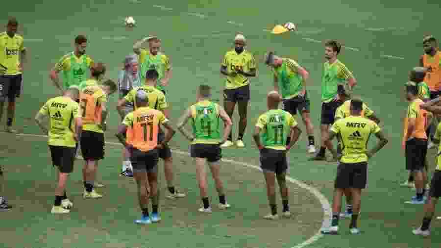 Jorge Jesus conversa com jogadores em reapresentação do elenco do Flamengo para Mundial - Alexandre Vidal / Flamengo