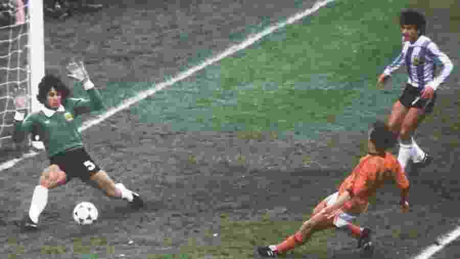 Ubaldo Fillol, goleiro da Argentina, defende chute de Rob Rensenbrink, da Holanda, enquanto zagueiro Luis Galvan acompanha a jogada, na final da Copa do Mundo 1978, em Buenos Aires - picture alliance via Getty Images