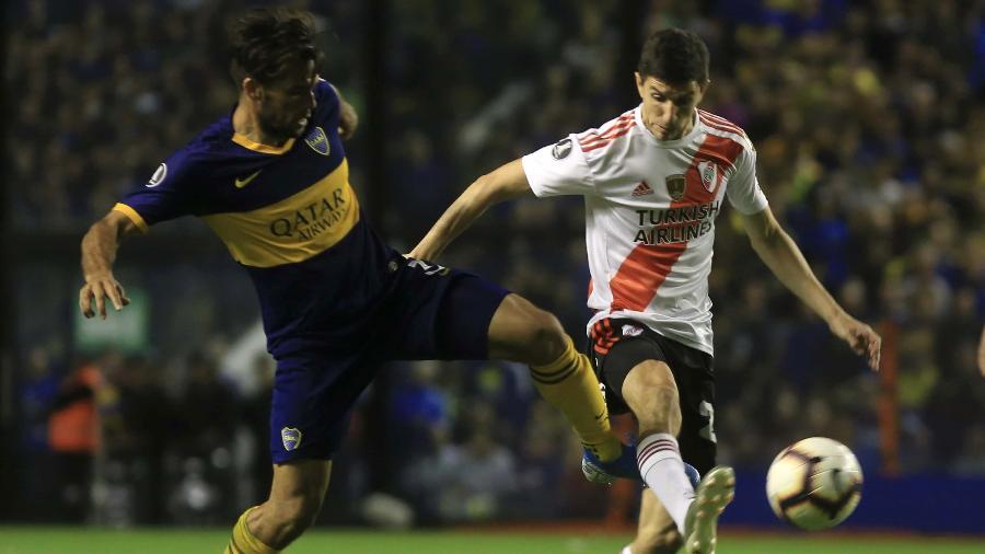 Emanuel Mas e Ignacio Fernandez disputam bola no último superclássico entre Boca Juniors e River Plate - Gabriel Sanchez/Anadolu Agency via Getty Images