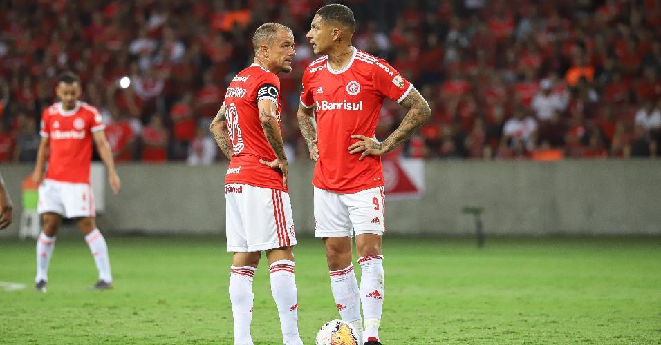 D'Alessandro e Guerrero observam durante o jogo Internacional x Tolima