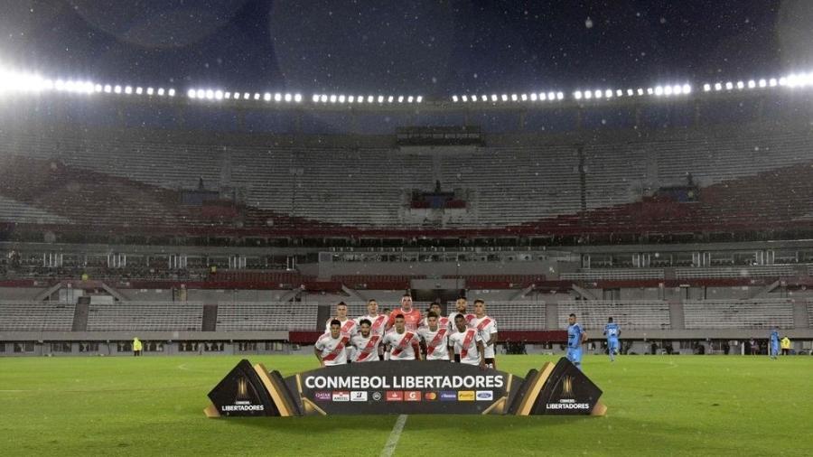 River Plate posa para foto antes da partida contra o Binacional, com estádio vazio, pela Libertadores - Juan Mabromata/AFP