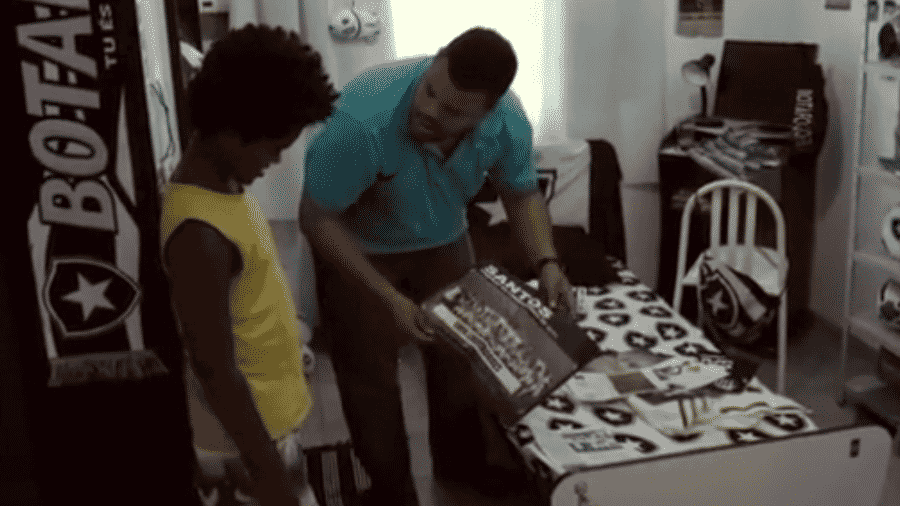 """Em """"A Culpa é do Neymar"""", Jair (Babu) se desespera ao saber que o filho é santista - Reprodução"""