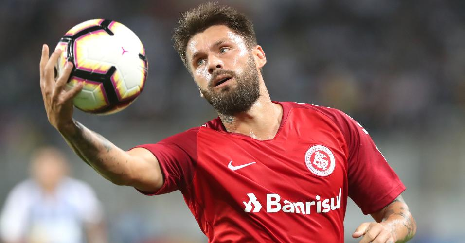 Rafael Sóbis segura a bola durante jogo do Internacional na Libertadores de 2019