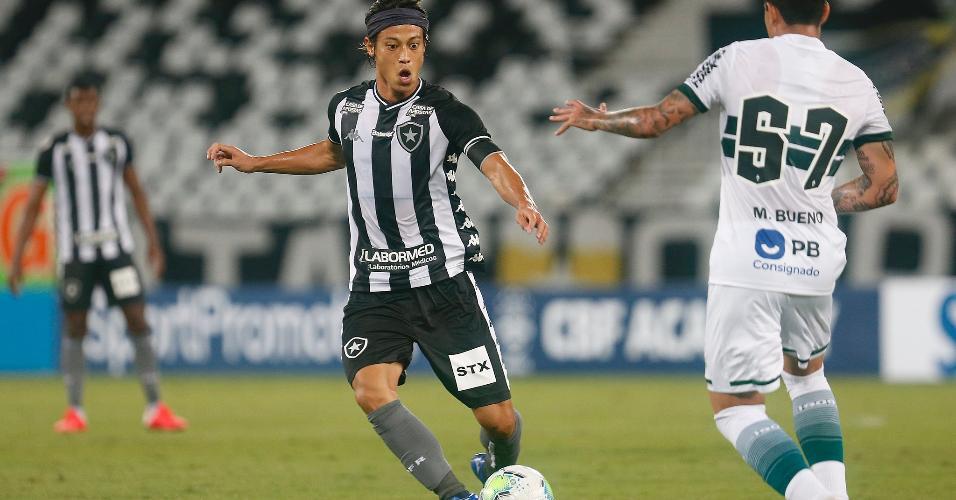Honda disputa bola com Bueno, na partida entre Botafogo x Coritiba