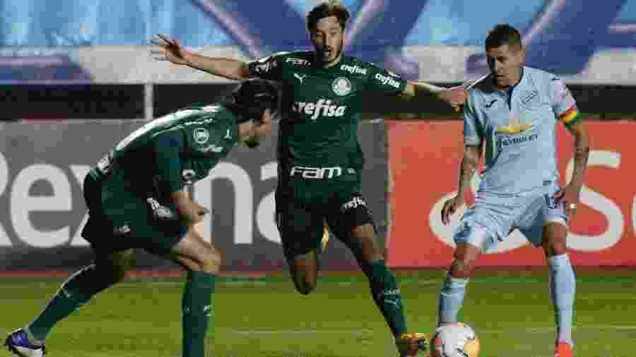 Gustavo Gómez e Matías Viña apertam marcação sobre Arce em Bolívar x Palmeiras pela Copa Libertadores 2020 - David Mercado - Pool/Getty Images