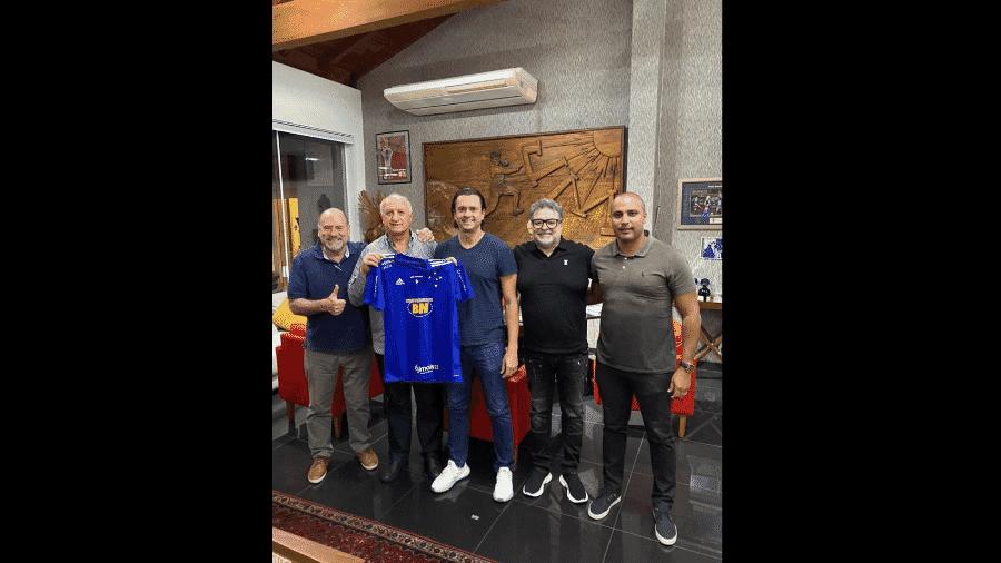 Felipão posa com camisa do Cruzeiro - Divulgação