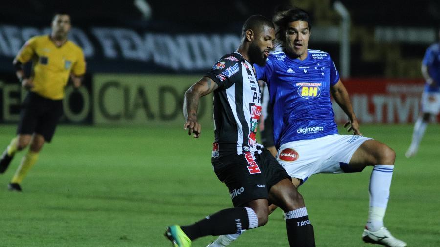 Nível técnico do jogo em Ponta Grossa foi bem baixo pela falta de qualidade das duas equipes - João Vitor Rezende Borba/AGIF