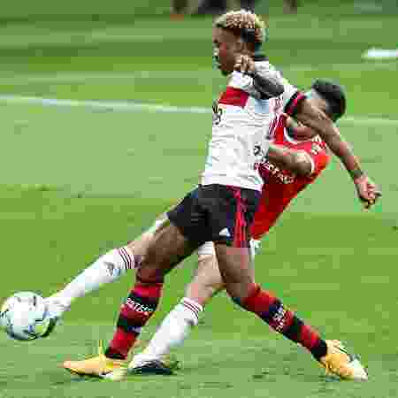 Heitor tenta desarmar Vitinho, durante a partida entre Inter e Flamengo - Pedro H. Tesch/AGIF
