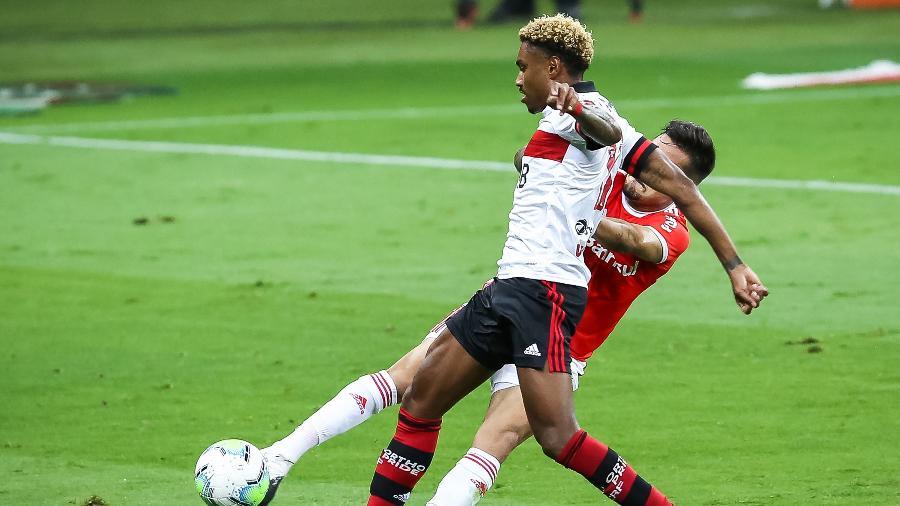 Heitor tenta desarmar Vitinho durante a partida entre Inter e Flamengo; times disputam o título brasileiro - Pedro H. Tesch/AGIF