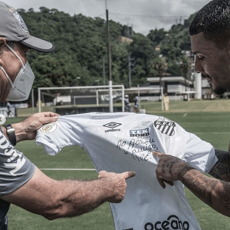 Holan e Alisson com a camisa assinada por Pelé - Reprodução