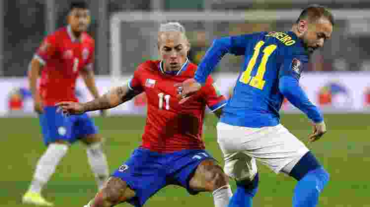 Everton - Everton Ribeiro tenta jogada em Chile x Brasil nas Eliminatórias - Everton Ribeiro tenta jogada em Chile x Brasil nas Eliminatórias