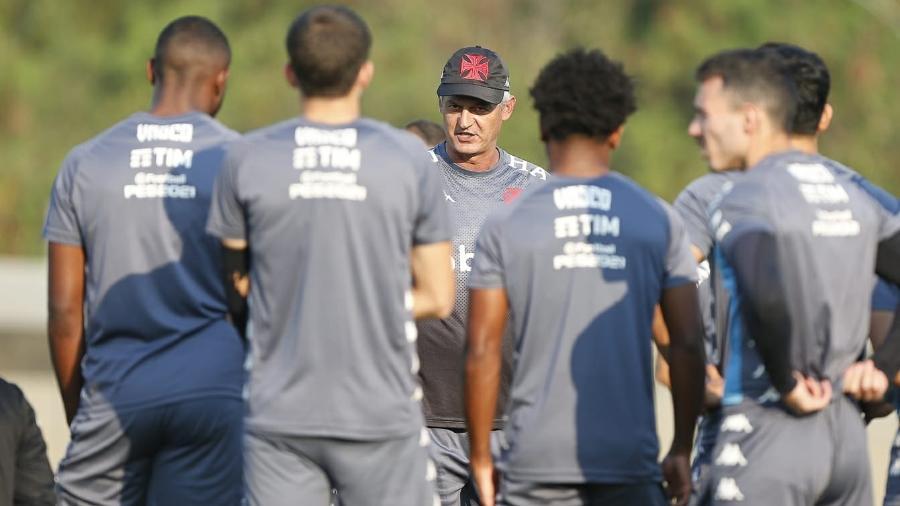 Técnico Lisca conversa com elenco do Vasco durante treino - Rafael Ribeiro / Vasco