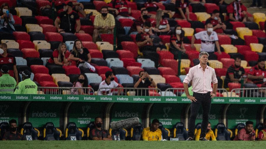 Renato Gaúcho, com a torcida do Flamengo ao fundo no Maracanã, em partida entre Flamengo e Grêmio - Thiago Ribeiro/AGIF