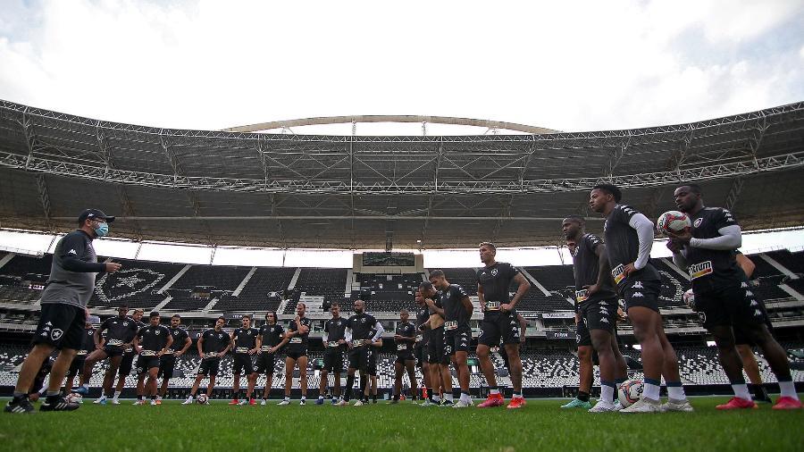 Enderson conversa com elenco do Botafogo antes de treinamento  - Vítor Silva/Botafogo