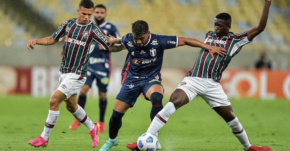 Luiz Henrique, do Fluminense, disputa lance com Ronald, do Fortaleza, em partida da 24ª rodada do Brasileirão